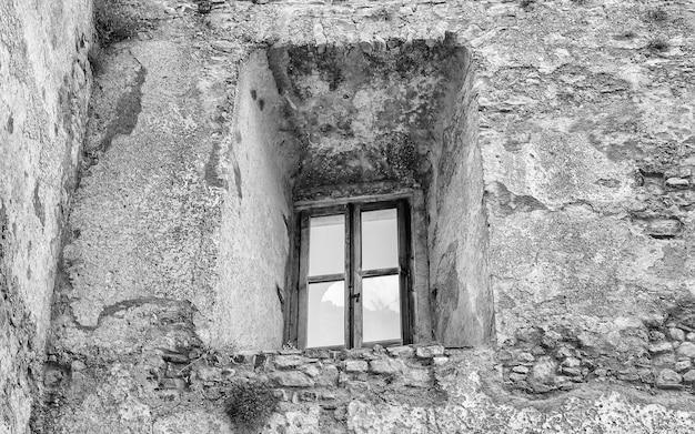 Antyczne okno z ruin starego zamku w fiumefreddo bruzio, małej wiosce na południu włoch south