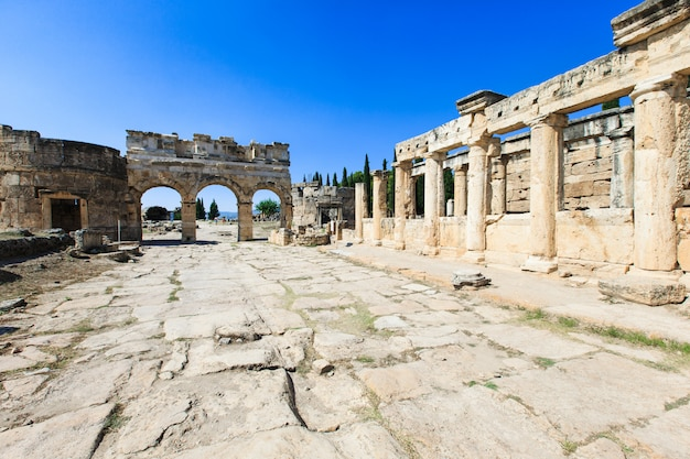 Antyczne ruiny w hierapolis, pamukkale, turcja.