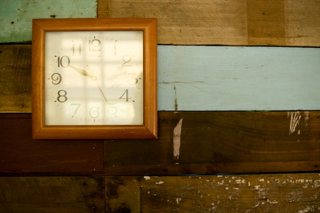 Antyczne zegary, wiszące drewniane ściany.