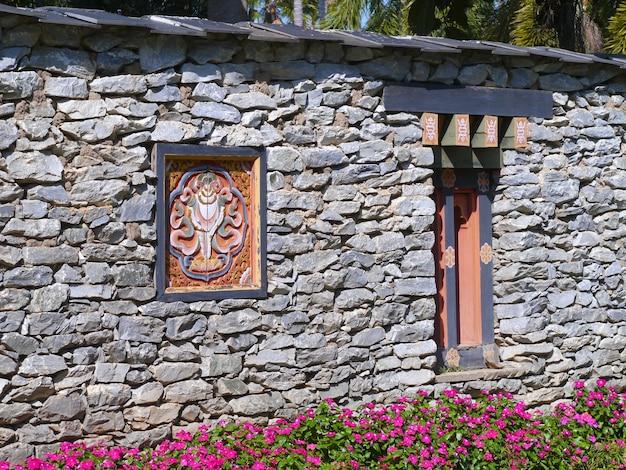 Antyczni bhutan stylu okno na kamiennej walla