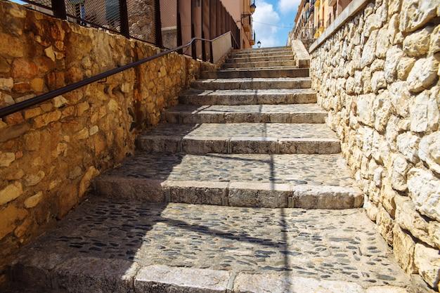 Antyczni brukujący schodki w starym miasteczku tarragona, hiszpania.