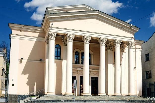 Antyczny budynek z kolumnami
