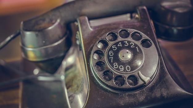Antyczny czarny telefon biurkowy