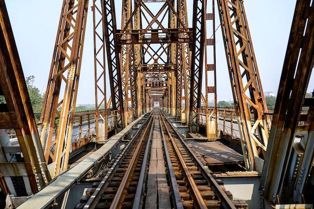 Antyczny długi bien most w hanoi, wietnam.