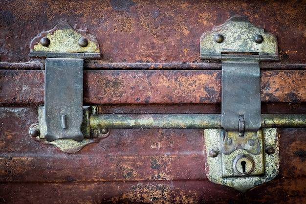 Antyczny klucz wykonany z mosiężnego zamka na stalowym bagażu