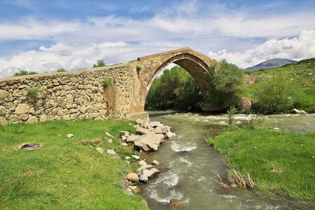 Antyczny most w górach kaukaz, armenia