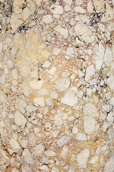 Antyczny różowy marmur z pęknięciami, faktura kamienia