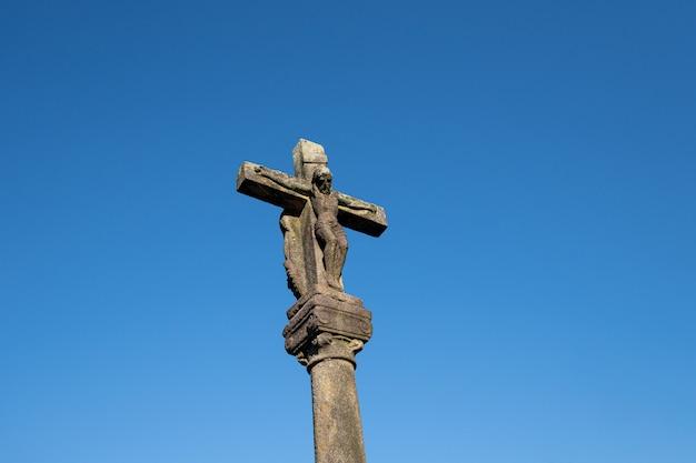 Antyczny rzeźbiony kamienny krzyż o nazwie cruceiro. galicja, hiszpania