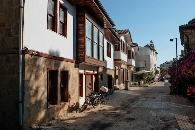 Antyczny turecki dziedziniec z tradycyjnymi budynkami koncepcja architektury azjatyckiej i domy zewnętrzne