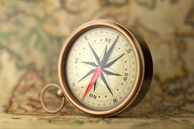 Antyczny vintage mosiądz kompas na ekstremalne zbliżenie mapy rzadkie. renderowanie 3d