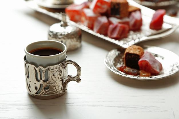 Antyczny zestaw do herbaty z turecką rozkoszą na stole z bliska