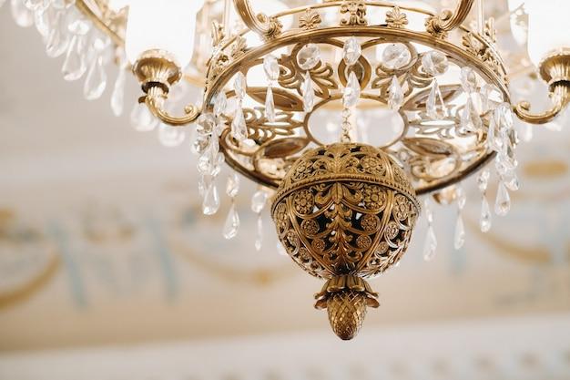 Antyczny żyrandol kryształowy w pałacu. duży żyrandol w zamku.