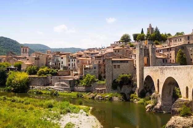 Antykwarski średniowieczny miasteczko z starą bramą na moscie