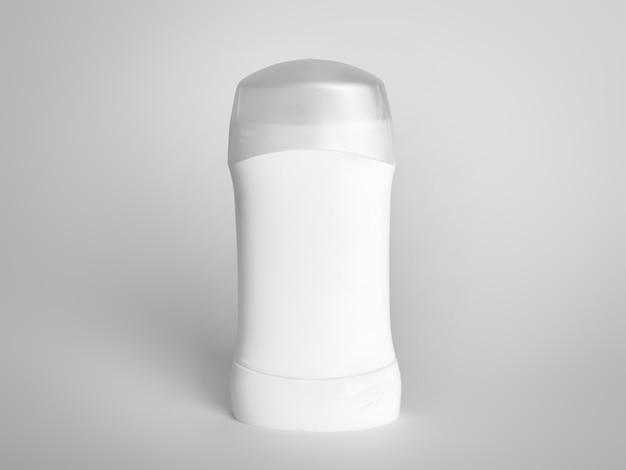Antyperspirant dezodorant stojący na białej powierzchni
