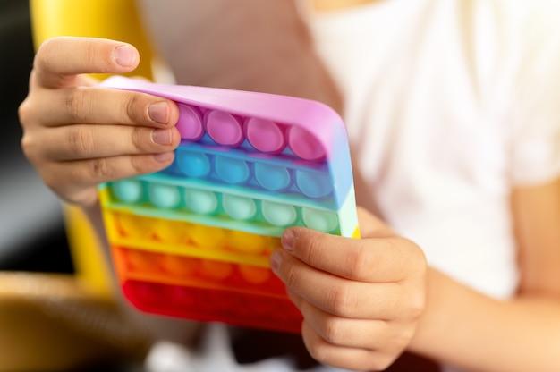 Antystresowe sensoryczne zabawki pop it w dziecięcych rękach