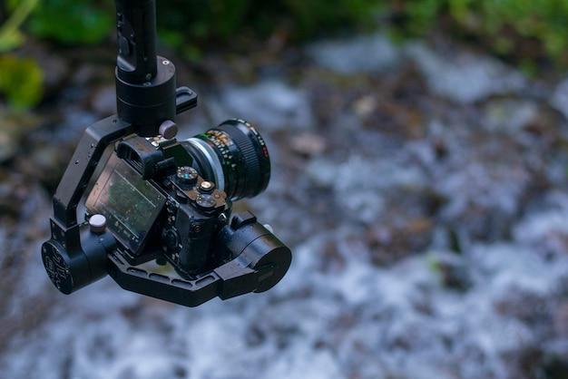 Aparat bezlusterkowy ze stałą kamerą w naturze