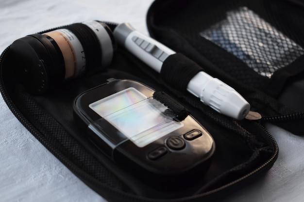 Aparat do pomiaru poziomu glukozy we krwi, pasek testowy i lancet