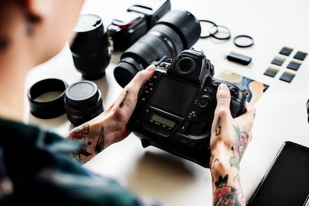 Aparat fotograficzny flash tatuaż cyfrowy laptop w tle