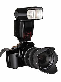 Aparat fotograficzny z lampą błyskową na białym tle