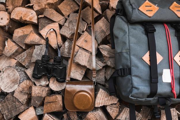 Aparat i lornetki w pobliżu plecaka