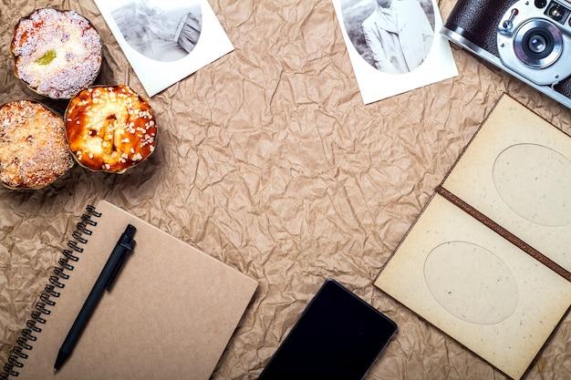 Aparat, telefon komórkowy, paszport, notebooki i babeczki