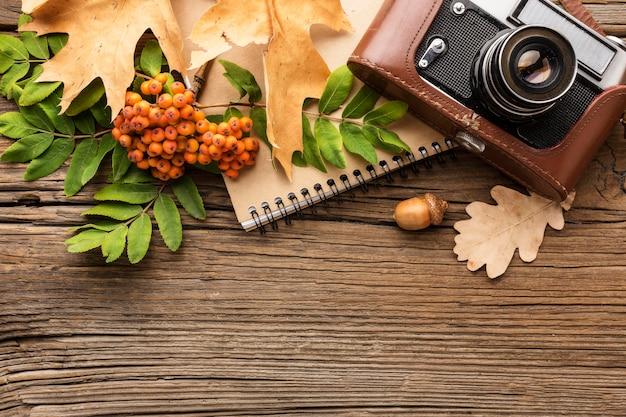 Aparat z notatnikiem i liśćmi