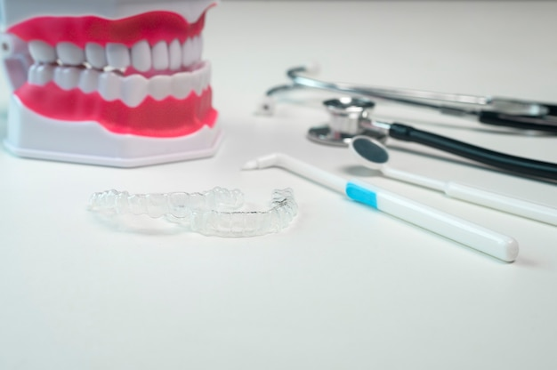 Aparaty ortodontyczne invisalign i narzędzia do opieki stomatologicznej, opieki stomatologicznej i koncepcji ortodontycznej.