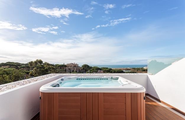 Apartament z jacuzzi do relaksu na dachu. z widokiem na morze.