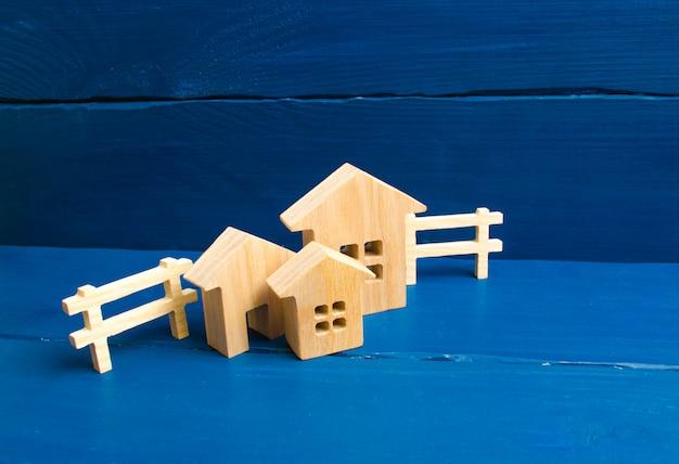 Apartamenty i apartamenty. miasto, osada. trzy domy na niebieskim tle.