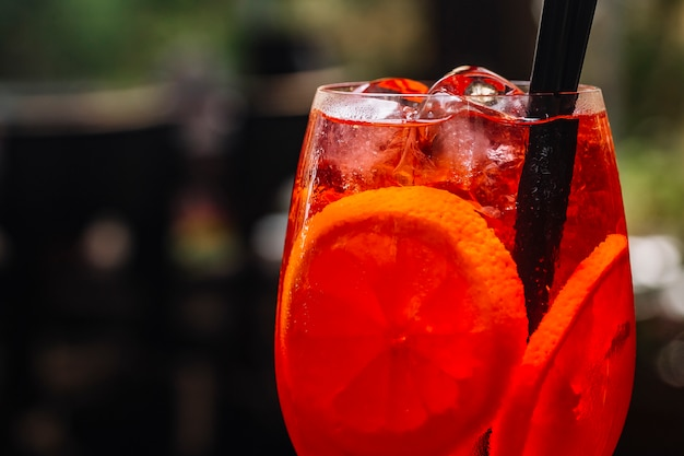 Aperol spritz pokrojony pomarańczowy prosecco sody lodowej widok z boku