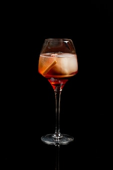 Aperol spritz wino koktajl prosecco na czarnym tle.