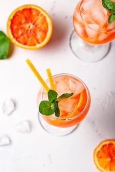 Aperol spritz, włoski koktajl z pomarańczą