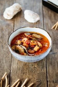 Apetyczna azjatycka tajska zupa z tom yam z owocami morza