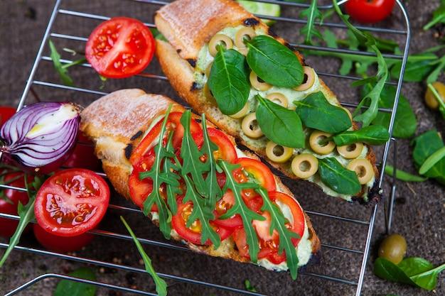 Apetyczna bruschetta. tradycyjna włoska bruschetta