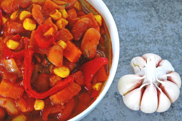Apetyczna fasola z warzywami i meksykańskim stylem.