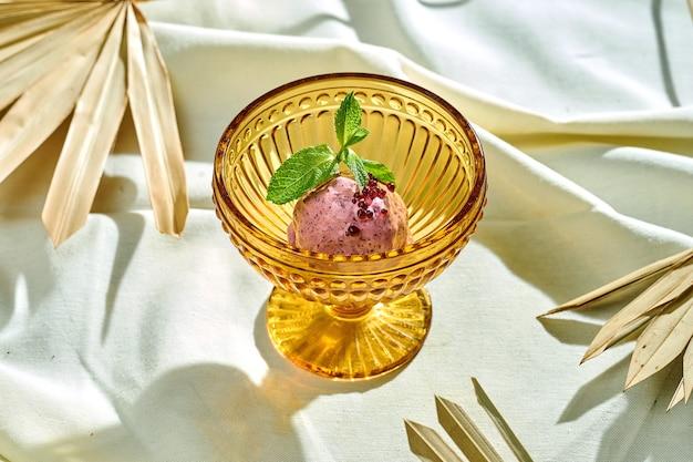Apetyczna porcja lodów jagodowych w misce na obrusie