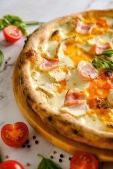 Apetyczna, świeża pizza na stole. jedzenie z włoskiej restauracji. gotowanie pizzy. składniki pizzy. obiad z przyjaciółmi.