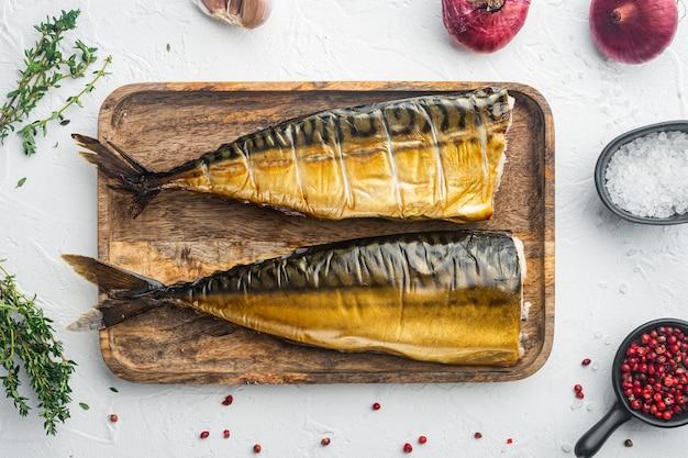 Apetyczna Wędzona Makrela Rybna, Na Białym Tle, Widok Z Góry Płaski Lay Premium Zdjęcia