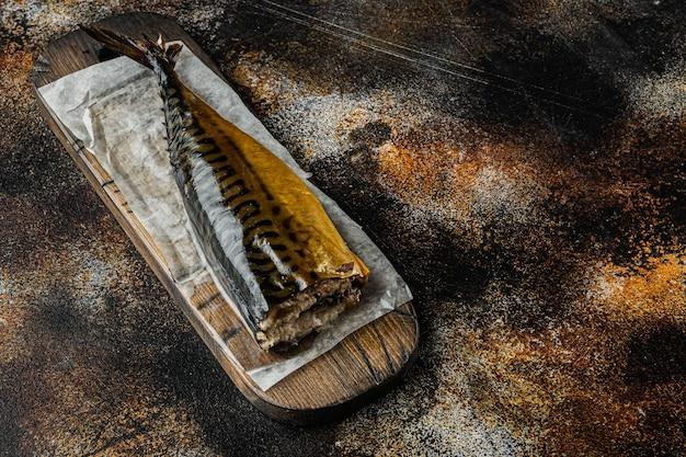 Apetyczna wędzona makrela rybna, na starym ciemnym tle rustykalnym z miejscem na kopię tekstu
