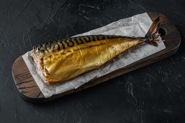 Apetyczna wędzona ryba makrela, na czarnym stole