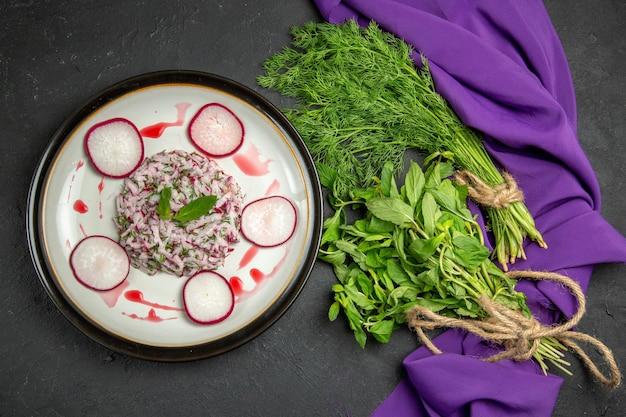 Apetyczne danie apetyczne danie bukiety zieleni na obrusie