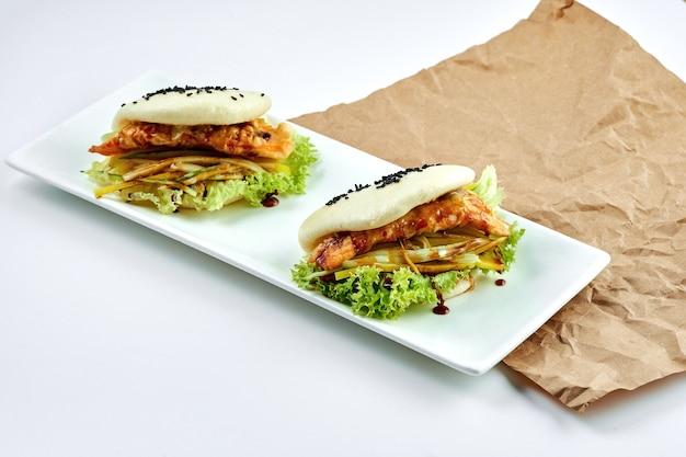 Apetyczne danie azjatyckie gotowane na parze bułeczki bao z kurczakiem