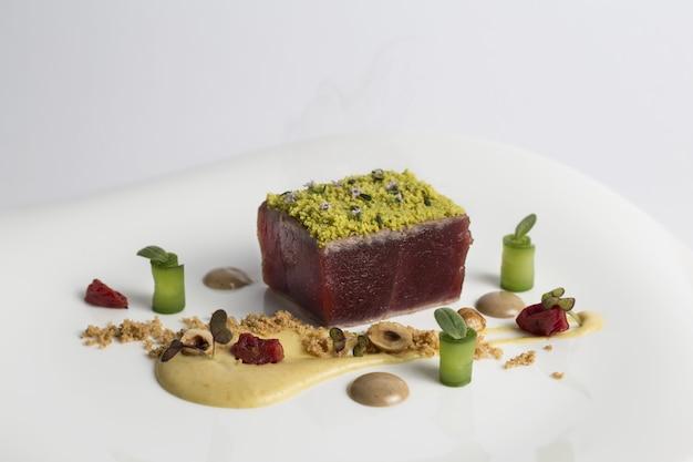 Apetyczne eleganckie dania kuchni haute cuisine ze stekiem z tuńczyka