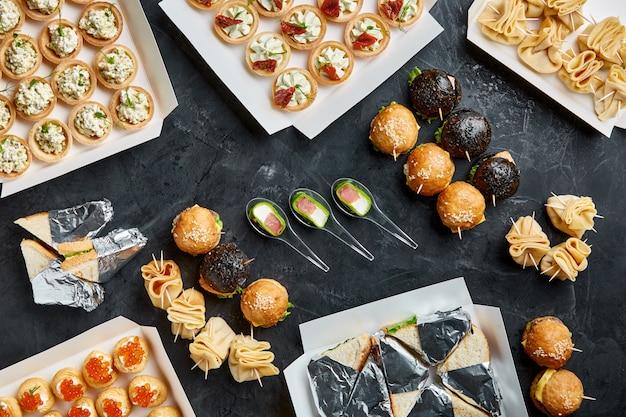 Apetyczne jedzenie w pudełkach na przyjęcia firmowe, wesela, konferencje, święta. dostawa żywności na zamówienie