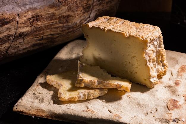 Apetyczne plastry sera rolniczego na deskach