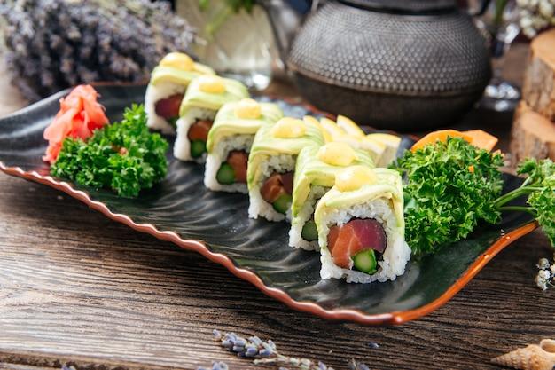 Apetyczne roladki sushi z tuńczyka i awokado