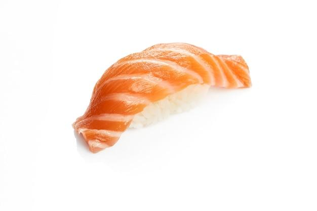 Apetyczne sushi nigiri z łososiem. klasyczna kuchnia japońska. dostawa jedzenia. na białym tle.