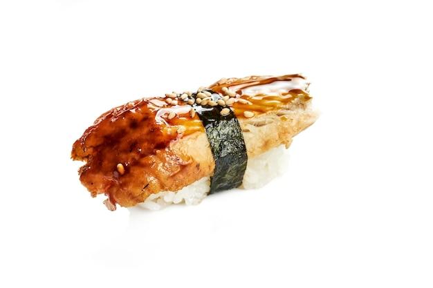 Apetyczne sushi nigiri z węgorzem. klasyczna kuchnia japońska. dostawa jedzenia. na białym tle.
