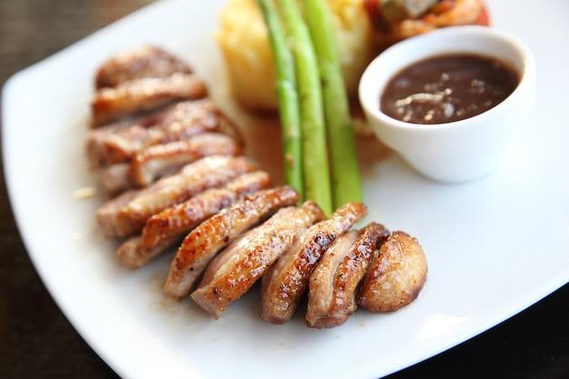 Apetyczny konfitowana kaczka zapiekana z ziemniakami i cebulą