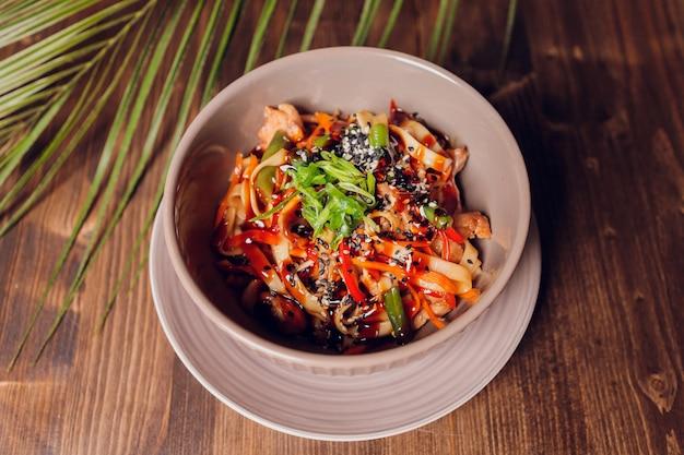 Apetyczny kurczak i warzywa azjatyckiej kuchni